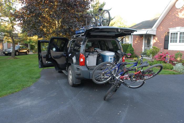 2006 Nissan Xterra, bikes, driveway, grass, house