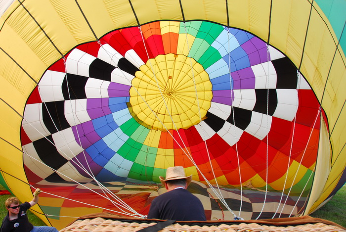 inside ballon, hot air balloon, worker, inflating, ropes