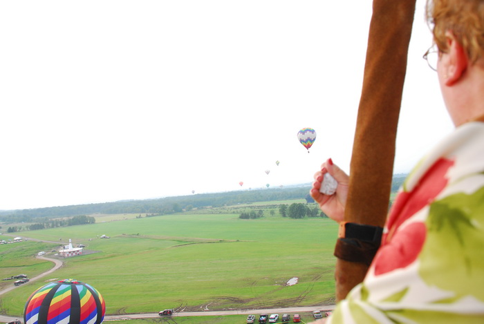 field, floating, flying, hot air balloon, mom