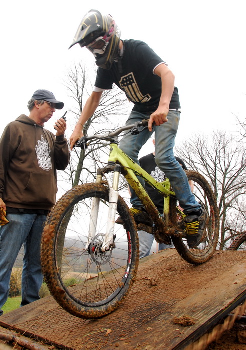 downhill mountain bike track, mountain bike, mountain bikers, mud, racing, starting gate